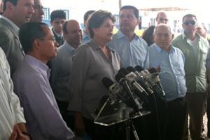 A presidente Dilma Rousseff durante entrevista em Goianira (GO), ao lado do ministro Paulo Passos (esq.) e do governador Marconi Perillo (PSDB) (dir.) (Foto: Gabriela Lima / G1)