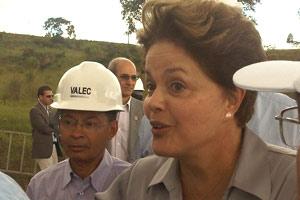 Ao lado do ministro dos Transportes, Paulo Passos, a presidente Dilma visitou obras da Valec em Goiás (Foto: Priscilla Mendes / G1)