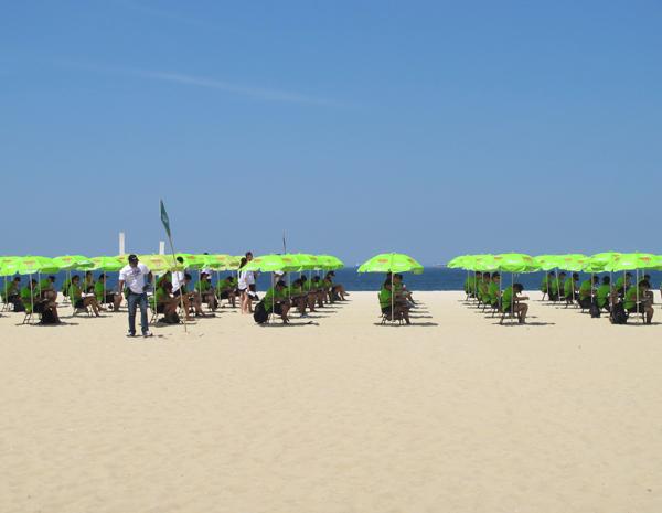 Candidatos fazem prova para emprego na praia do Leme (Foto: Janaína Carvalho/G1)