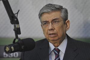 O ministro Garibaldi Alves durante entrevista a programa de rádio nesta quinta (Foto: Agência Brasil)