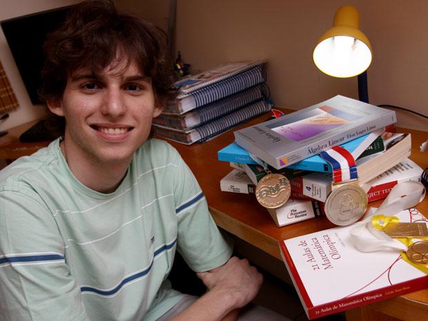 João Lucas Camelo Sá participa de olimpíadas de matemática desde os 12; nem sabe qual o número de prêmios conquistados (Foto: Arquivo pessoal)