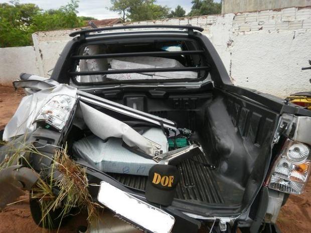 Polícia encontra 1 t de maconha em carro tombado em rodovia em MS (Foto: Dof/Divulgação)