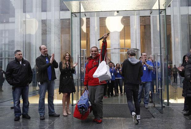 Consumidor comemora compra do novo iPad na loja da Apple em Nova York (Foto: Shannon Stapleton/Reuters)