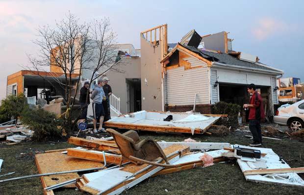 Moradores observam estragos provocados por tornado em Dexter, Michigan, nesta quinta-feira (15) (Foto: AP)