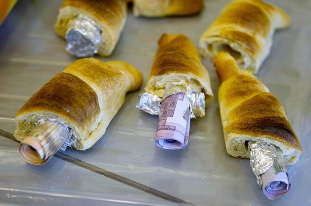 Dinheiro estava escondido em pães. (Foto: Thomas Peter/Reuters)