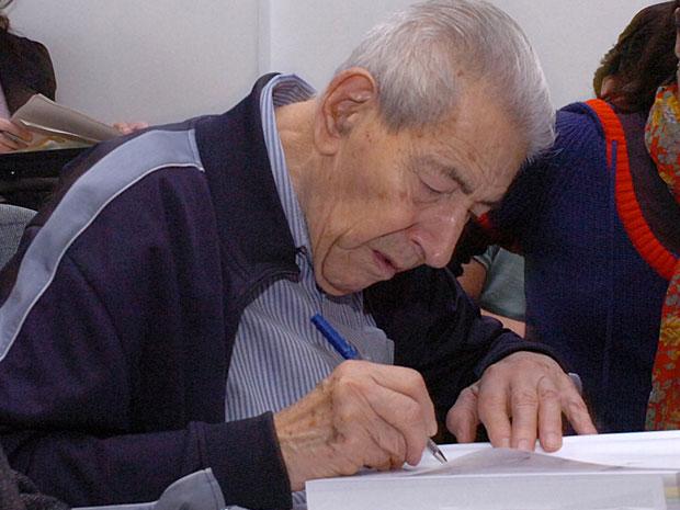 Aziz Ab'Saber autografa livro no auditório da FFLCH em agosto de 2011 (Foto: Francisco Emolo / Jornal da USP / USP Imagens )
