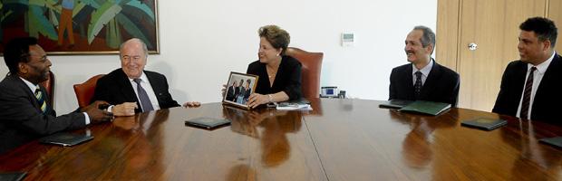 Pelé, Blatter, Dilma, Aldo Rebelo e Ronaldo no gabinete da presidente (Foto: Wilson Dias / Ag. Brasil)