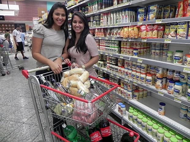 As universitárias Gabriela e Camila preparam o churrasco da turma no fim de semana (Foto: Amanda Monteiro/ G1 ES)