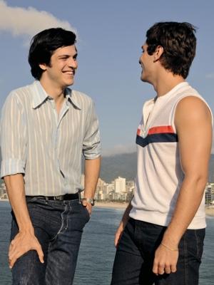 João Paulo (Mateus Solano) e Caio (Paulo Londra) protagonizam cena quente no filme (Foto: Divulgação)