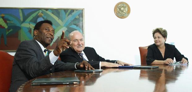 O ex-jogador Pelé, Joseph Blatter e Dilma em reunião no Palácio do Planalto (Foto: Ueslei Marcelino / Reuters)