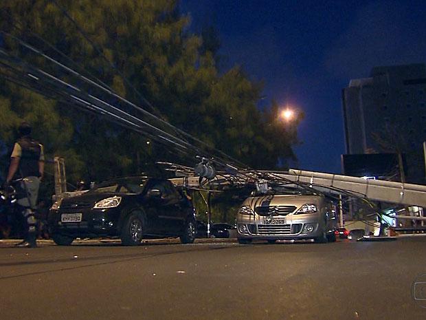 Poste de energia elétrica atinge dois carros no Recife (Foto: Reprodução / TV Globo)