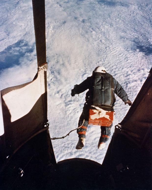 O militar Joe Kittinger salta para o recorde em 16 de agosto de 1960 (Foto: AP/Força Aérea dos EUA)