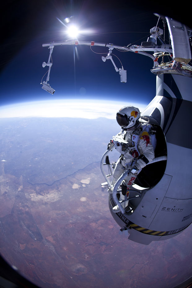Felix Baumgartner se prepara para saltar de uma altura de 21.000 metros (Foto: AP/Jay Nemeth/Red Bull Stratos)