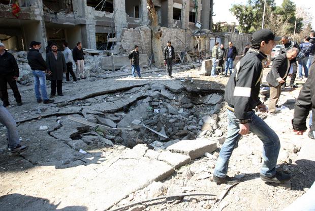 Cratera provocada por uma das explosões em Damasco neste sábado (17) (Foto: AFP)