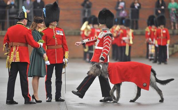 Catherine, a duquesa de Cambridge, apresenta trevo para o cão Conmael, na base militar inglesa de Aldershot, neste sábado (17) (Foto: Toby Melville/Reuters)