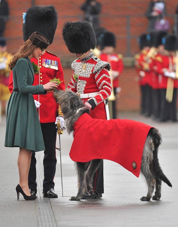 A apresentação de trevos para membros da tropa de elite dos Irish Guards é uma tradição do dia de São Patrício (Foto: Toby Melville/Reuters)