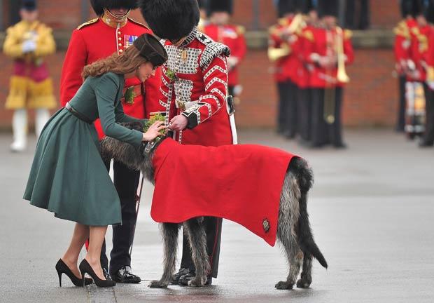 Conmael também ganhou a honraria, das mãos da mulher do príncipe William (Foto: Toby Melville/Reuters)