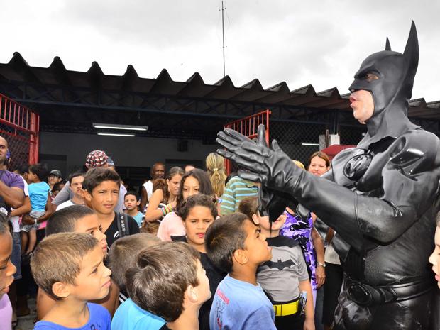 'Batman' fala para crianças do Esplanada Santa Terezinha (Foto: Nilton Cardin/SigmaPress/AE)