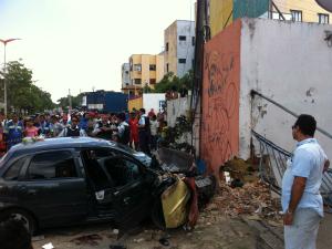 Carro atingiu mulher grávida, criança e homem que estava em calçada. (Foto: Rafael Almeida/TV Verdes Mares)