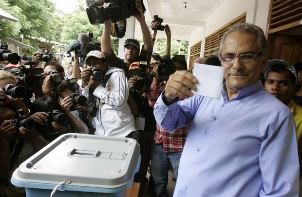 O presidente de Timor Leste, José Ramos-Horta, mostra seu voto neste sábado (17) em Dili (Foto: AFP)