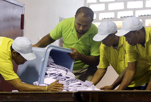 Funcionários da comissão eleitoral começam a contar os votos para a eleição presidencial do Timor Leste neste sábado (17) na capital, Dili (Foto: AP)