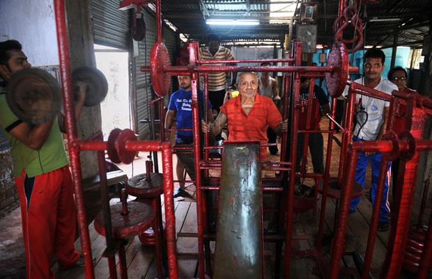 Aich lembra do tempo de fisiculturista em uma academia na cidade de Kolkata, na Índia (Foto: AFP)