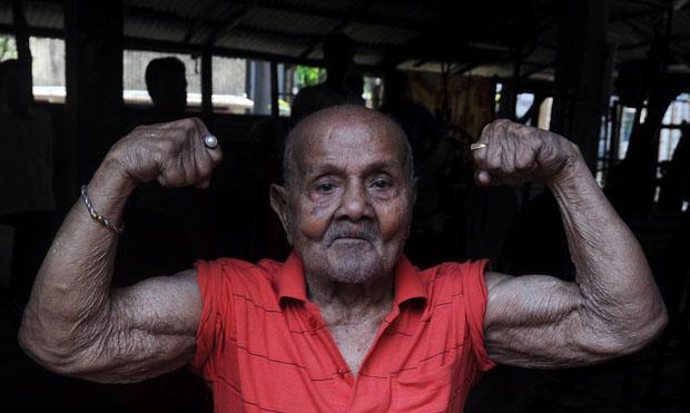 Manohar Aich, o 'Hércules de Bolso', completou 99 anos no sábado (17) e espera estar em forma para os seus 100 anos em 2013 (Foto: AFP)