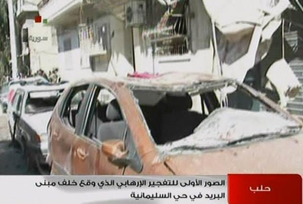 Imagem da TV estatal sírio mostra carros destruídos por explosão neste domingo (28) em Aleppo (Foto: AFP)