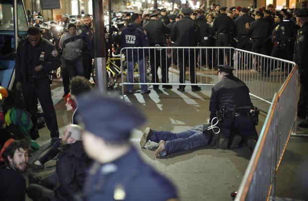 Manifestante é preso pela polícia de Nova York ao tentar montar acampamento no Zuccotti Park, próximo do centro financeiro da cidade (Foto: Eduardo Munoz/Reuters)