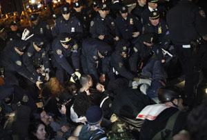 Policiais prendem os manifestantes da 'marcha dos indignados' em Nova York (Foto: Eduardo Munoz/Reuters)