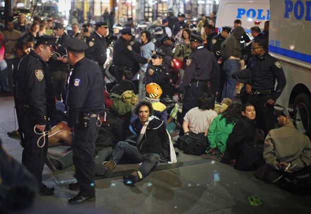 A polícia afirma que dezenas de pessoas foram presas durante protesto em comemoração aos 6 meses do movimento 'Occupy Wall Street' (Foto: Eduardo Munoz/Reuters)