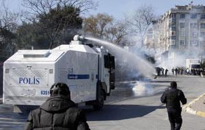 Polícia usou jatos de água para dispersar manifestação (Foto: Umit Bektas/Reuters)