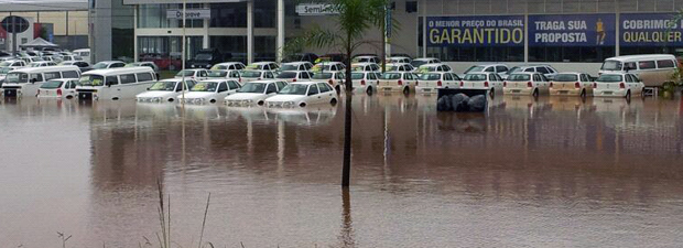 Estacionamentos da Cidade dos Automóveis ficaram alagados após forte chuva neste domingo (18) (Foto: Wesley Ornelas / Vc no G1)