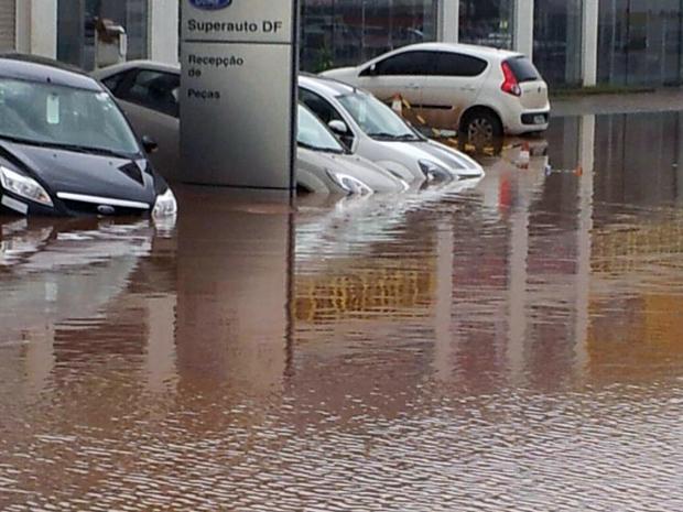 Comerciantes da Cidade do Automóvel, no DF, afirmam que alagamento danificou veículos novos (Foto: Wesley Ornelas / Vc no G1)