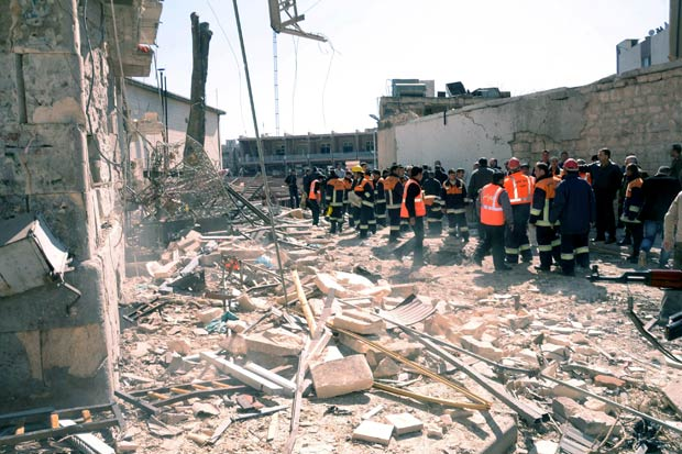 Destruição provocada no local da explosão de carro-bomba neste domingo na cidade síria de Aleppo, em foto divulgada pela agência oficial SANA (Foto: AFP)