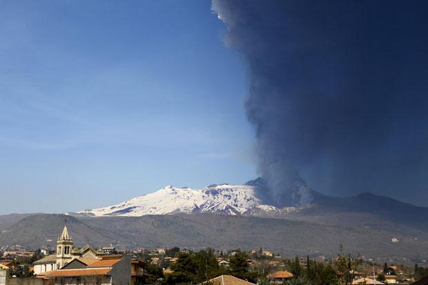Etna entra em erupção, mas cinzas não chegam a interromper funcionamento de aeroportos (Foto: Carmelo Imbesi/AP)