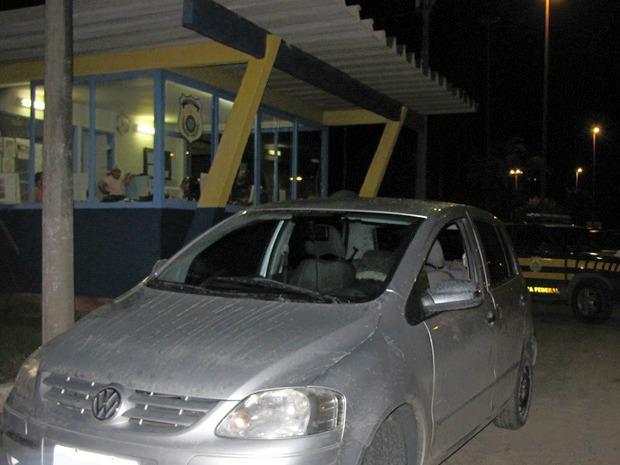 Um policial militar do Rio de Janeiro foi preso com um carro roubado na noite deste sábado (17),  no km 159 da BR-262 em Ibatiba, no Sul do Espírito Santo. Segundo a Polícia Rodoviária Federal, o número do chassi estava com sinais de adulteração e após co (Foto: Divulgação/PRF)