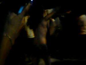 Mulher foi presa após tirar a roupa durante show de Zezé de Camargo e Luciano em Aracaju (SE) (Foto: Reprodução)