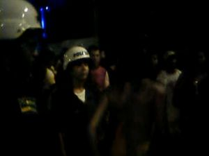 A jovem só vestiu a roupa com a chegada dos policiais que faziam a segurança do show em Aracaju (SE) (Foto: Reprodução)