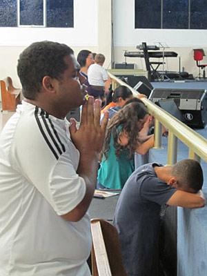 Amigos oram pelas brasileiras sequestradas no Egito (Foto: Eduardo Carvalho/G1)
