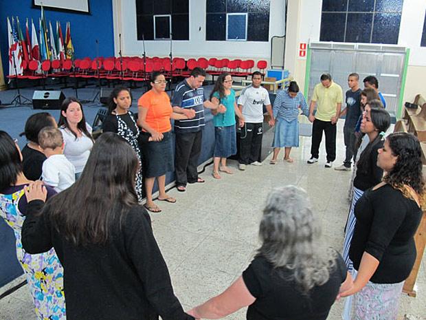 Fieis de igreja de brasileiras sequestradas no Egito oram pela segurança delas, em Osasco (Foto: Eduardo Carvalho/G1)