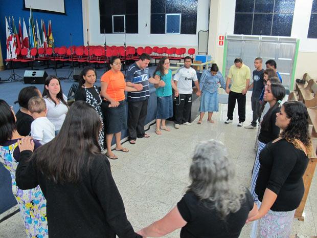 Oração na igreja de Osasco (Foto: Eduardo Carvalho/G1)
