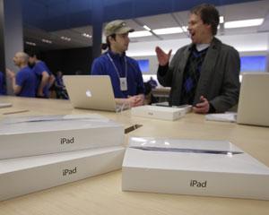 O novo iPad chegou às lojas de 10 países na sexta-feira (16) (Foto: Paul Sakuma/AP)