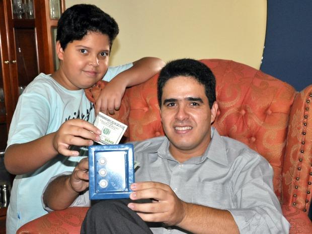 Para economizar, garoto recebe dólares como parte da mesada dada pelo pai  (Foto: Hélder Rafael/G1)