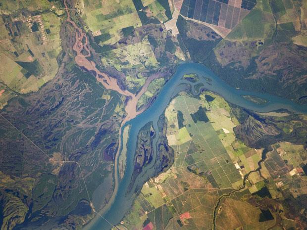 Imagem mostra o Rio Paraná, em tons azul, e o Rio Verde, de cor marrom, na fronteira do Mato Grosso do Sul com o Paraná (Foto: M. Justin Wilkinson, Jacobs/ESCG at NASA-JSC)