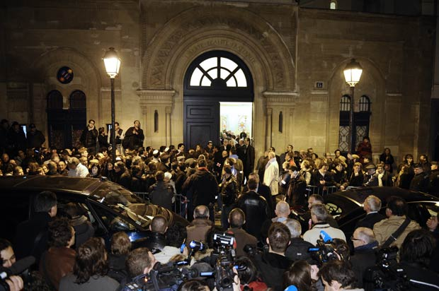Participantes chegam para a cerimônia na sinagoga de Paris nesta segunda-feira (19) (Foto: AFP)