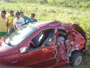 Lateral do carro foi atingido por motocicleta e passageiro morreu no local (Foto: Divulgação/Artur Lira)