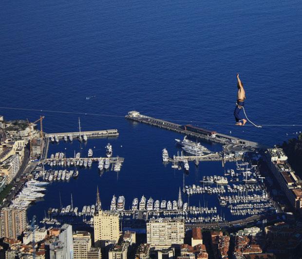 Mich Kemeter, de 23 anos, atravessa os 50 metros de uma corda bamba com o principado de Mônaco ao fundo (Foto: Caters News)