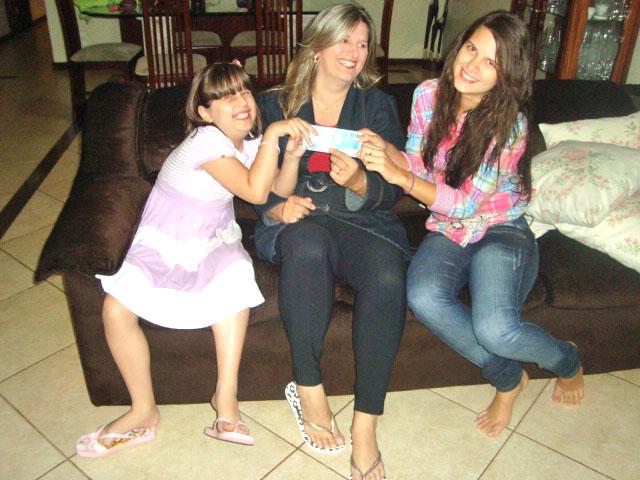 Nilzete Avidos com as filhas que não recebem mesada e têm gastos controlados (Foto: Felipe Néri/G1)