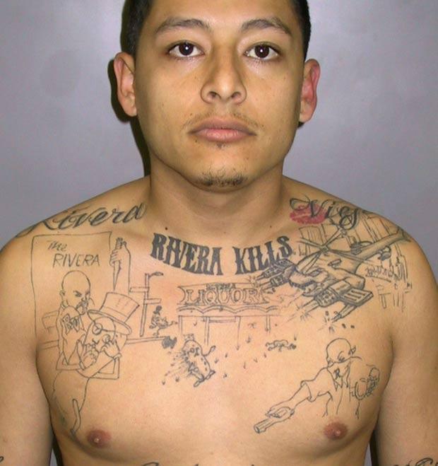 A tatuagem de Anthony Garcia mostra um helicóptero dando um tiro em um amendoim em frente a uma loja de bebidas alcoólicas. E por cima da ilustração está a inscrição 'Rivera Kills'. Garcia, cujo apelido é 'Chopper', gíria em inglês para helicóptero, é integrante da gangue Rivera 13, da cidade de Pico Rivera, e o rival assassinado, John Juarez, era da gangue Pico Nuevo, cujos integrantes são conhecidos como 'amendoins'. (Foto: AP)